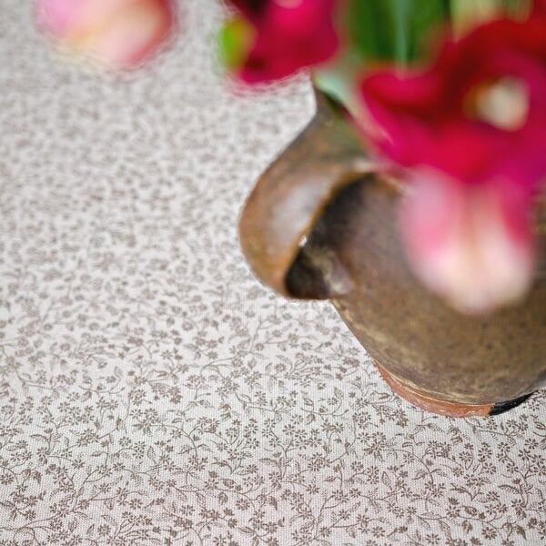 Obrus - drobné hnedé kvetinky na režnom podklade
